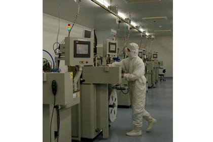 【写真6】半導体を取り扱う白河工場内クリーンルームでの生産の様子